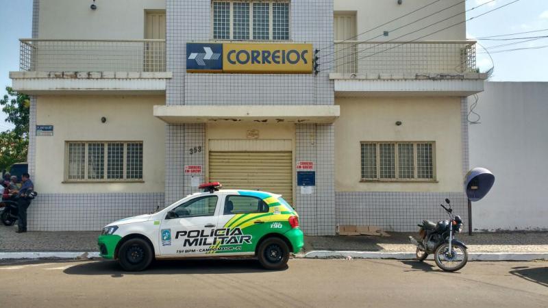 Bandidos rendem funcionário e assaltam agência dos Correios