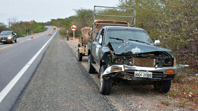 Colisão frontal entre carro e moto deixa um morto na BR 407