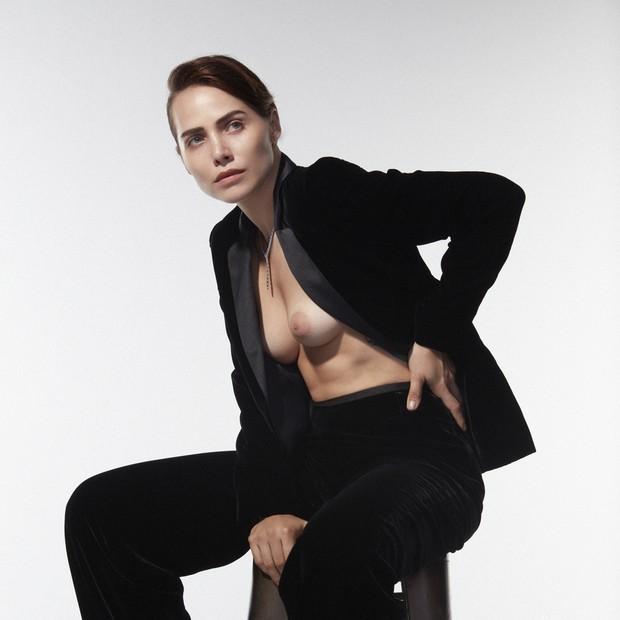 Leticia Colin pousa com os seios à mostra para capa de revista