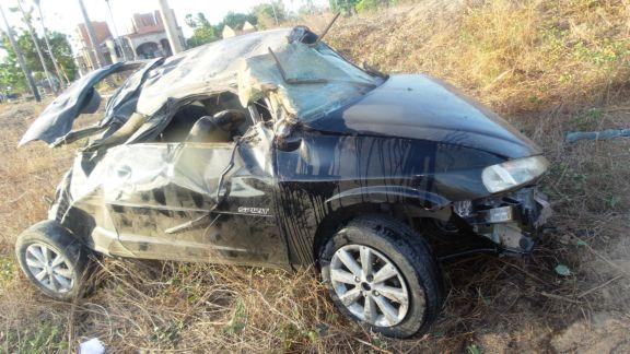 Quatro ficam feridos após condutor perder o controle e capotar carro no Piauí