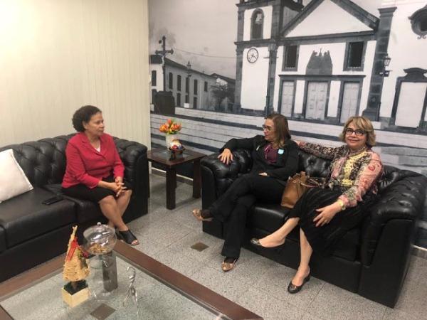 Prefeita em visita a Senadora Regina Sousa