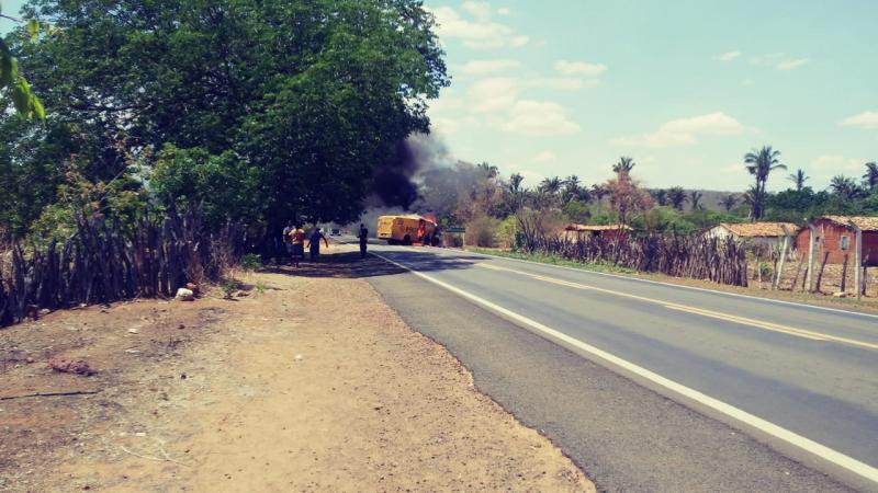 Bandidos explodem carro forte na BR 230 próximo a São João da Varjota
