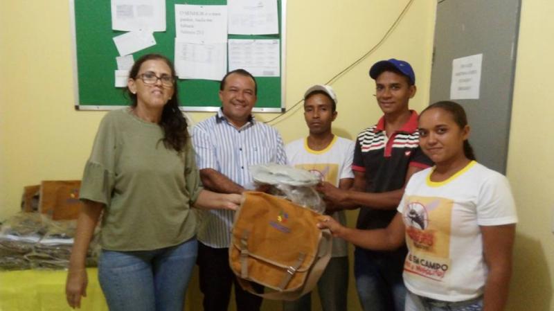 Prefeitura de Curralinhos entrega uniformes para agentes de endemias