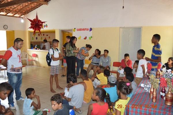 Prefeita Doquinha conversando com os jovens