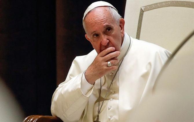 Papa diz que está preocupado com homossexualidade no clero