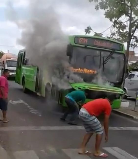 Ônibus da Transcol pega fogo na zona sul de Teresina