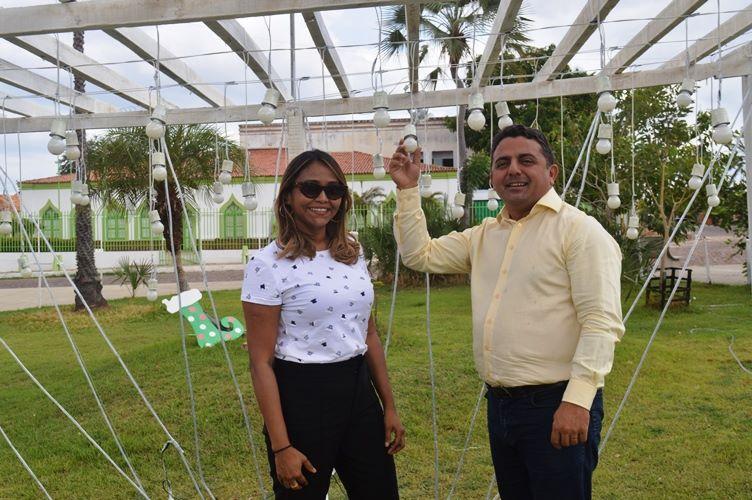Prefeito Professor Ribinha acompanha montagem do 'Natal Sustentável'