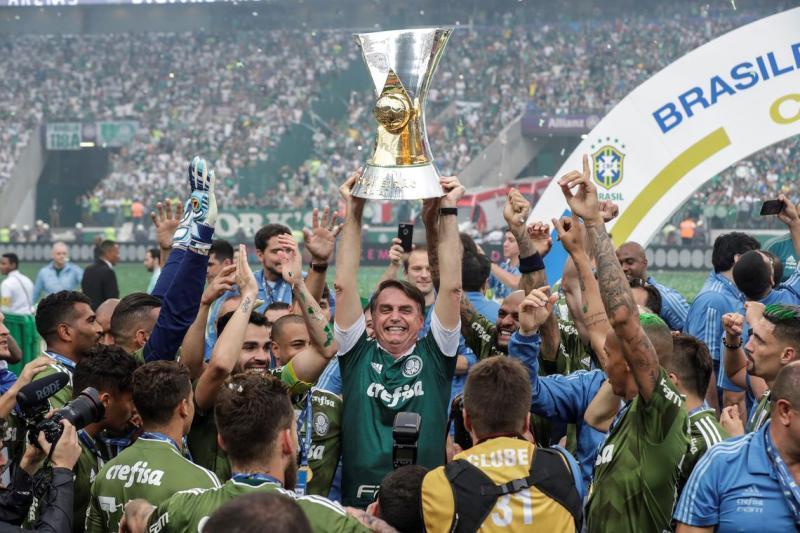 Bolsonaro quebra protocolo e faz festa do Palmeiras