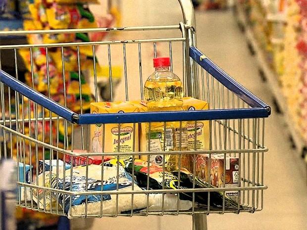 Alimentos da cesta básica estão mais caros em 16 capitais
