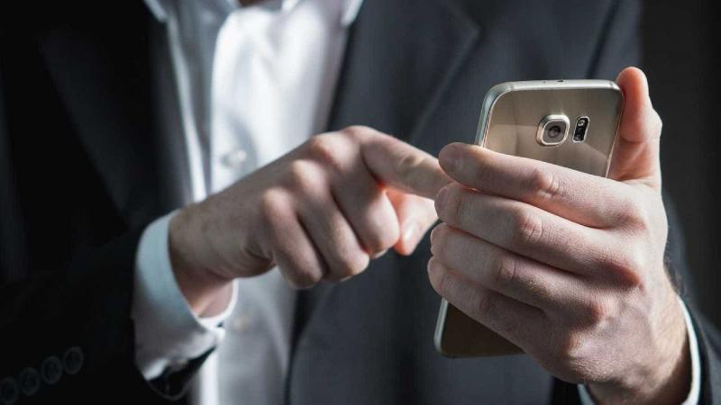 Projeto de lei proíbe celular em ambiente de trabalho com direito a punições