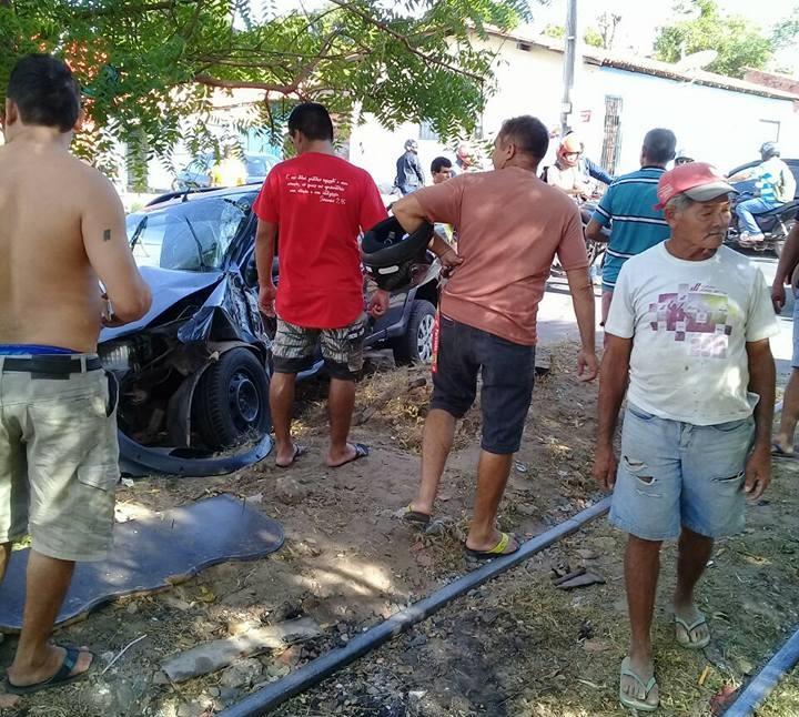 Carro é arrastado por metrô após batida em Teresina