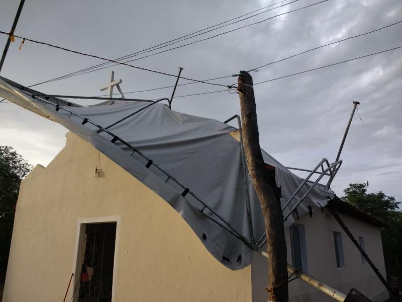 Vento forte arremessa tenda sobre capela em Campo Largo-PI