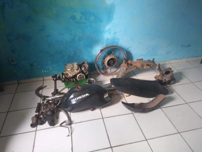 Polícia encontra local supostamente usado para desmanche de motos
