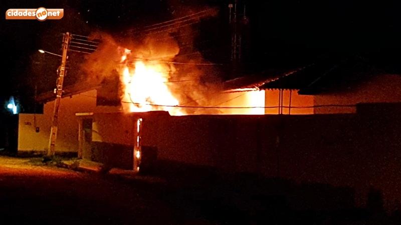 Carro pega fogo dentro de residência no interior do Piauí