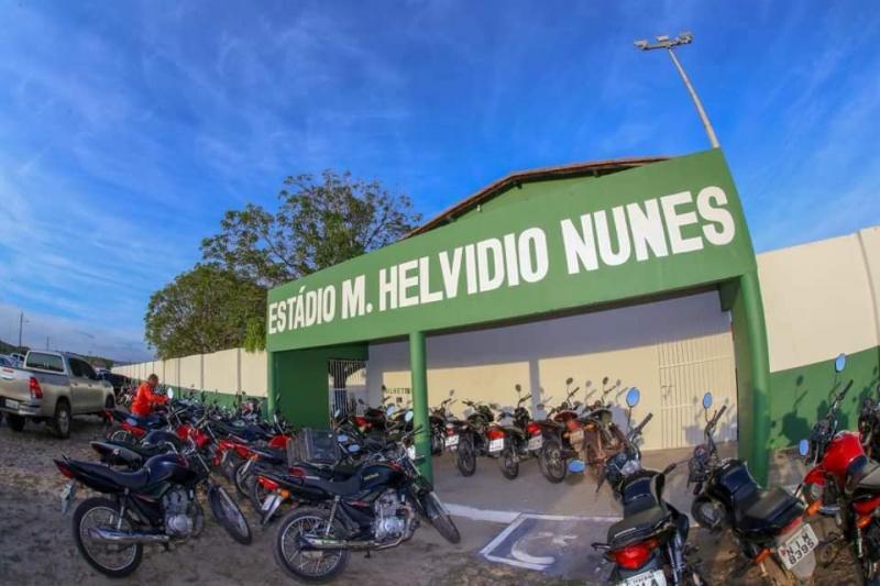 Prefeito Junior Carvalho entrega estádio para população de Demerval Lobão