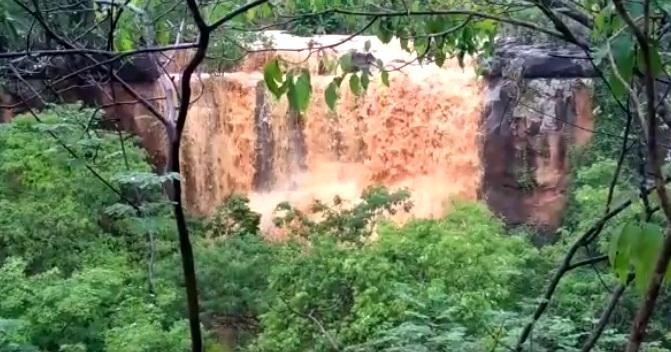 Chuva faz ressurgir cachoeira em cidade do Piauí