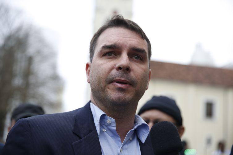 Saques de ex-auxiliar de Flávio Bolsonaro ocorriam após depósitos similares