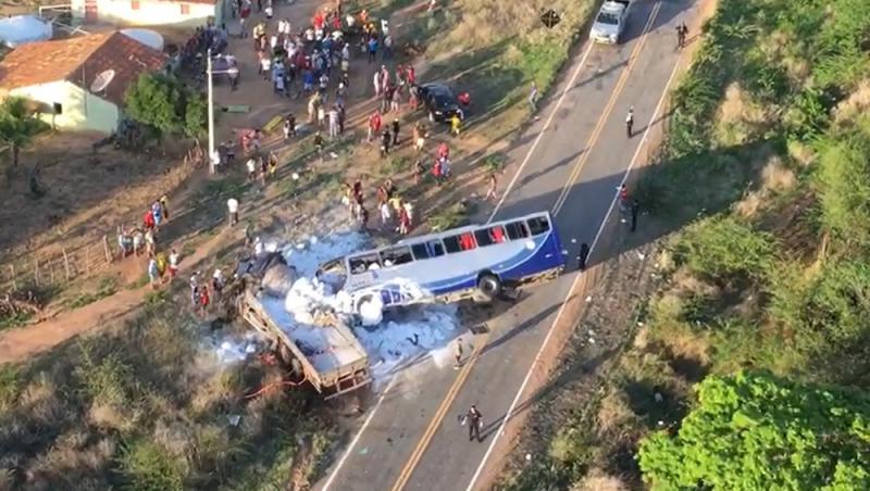 Ônibus com romeiros colide com caminhão e deixa mortos no CE