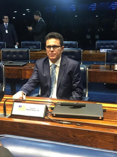 Zé Santana toma posse no Senado e assume cadeira de Regina Sousa