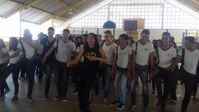 Demerval Lobão (PI): FamosoThanis Killian vai à U. E. Jacob Barbosa apoiar a equipe homem virtuoso