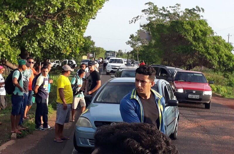 PI-113 é bloqueada em protesto contra aumento de passagem de ônibus