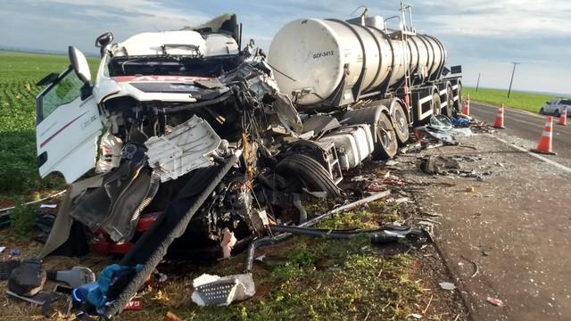 Acidente envolvendo caminhão e três ônibus deixa mortos e feridos