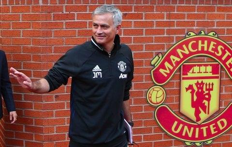José Mourinho é demitido do Manchester United após duas temporadas e meia