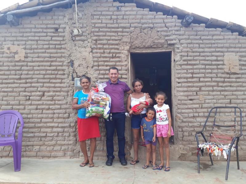 Empresário Paulo Construtor distribui cestas básicas para famílias carente