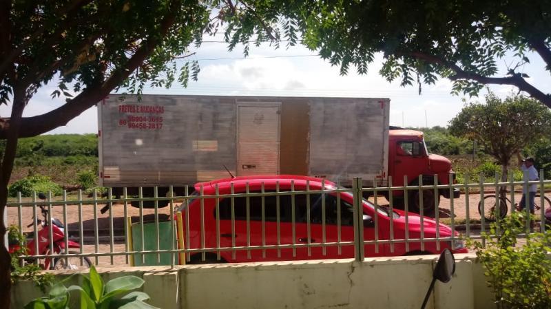 Caminhão que levava livros para a Educação derruba postes em Olho D'água