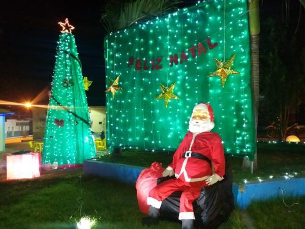 Prefeitura de Landri Sales realiza decoração natalina nas praças da cidade