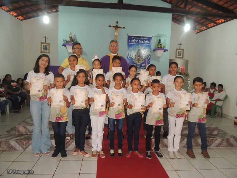 Crianças recebem o Sacramento  da Primeira Eucaristia em Malhada de Areia