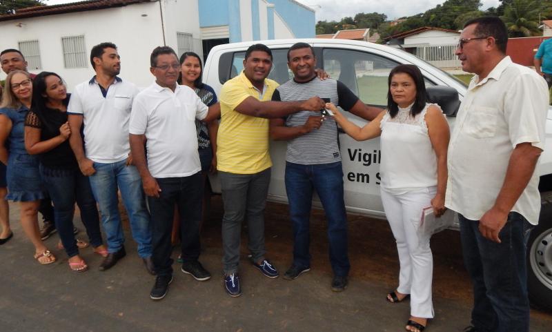 Secretaria de Saúde recebe uma caminhonete para atender melhor a população