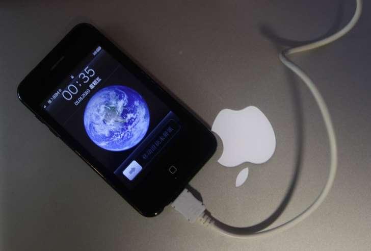 Adolescente morre eletrocutada por carregador de celular enquanto dormia