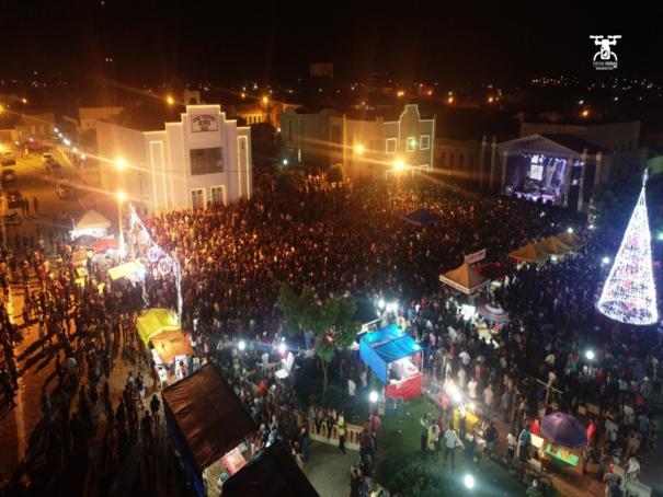 Multidão comemora os 301 anos de Oeiras em praça pública