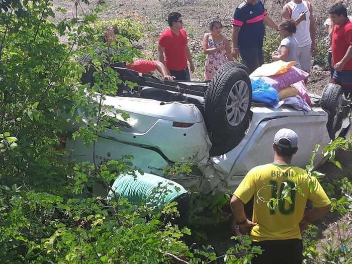 Quatro pessoas ficam feridas após capotar veículo na BR-343