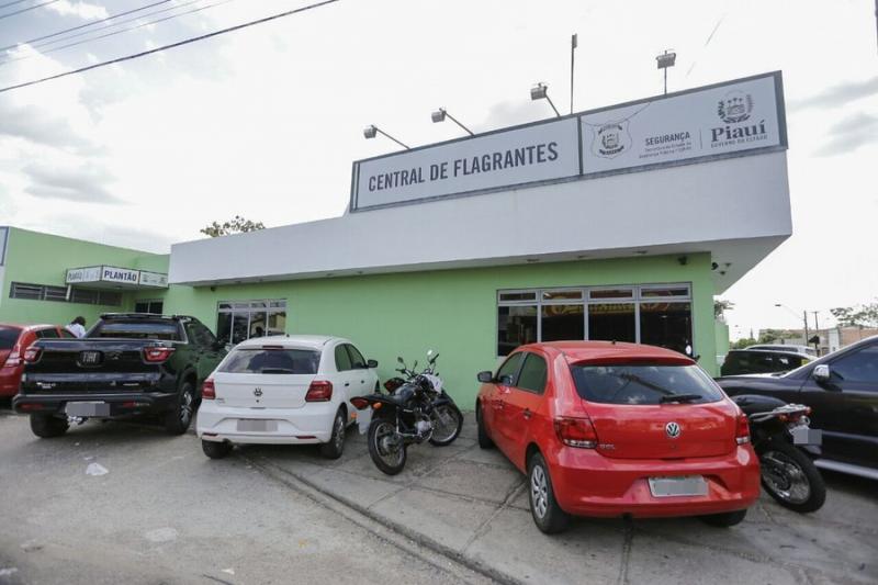 Dupla é presa após roubar carro de motorista da Uber em Teresina