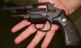 Mãe denuncia filho menor de idade após encontrar arma em sua casa
