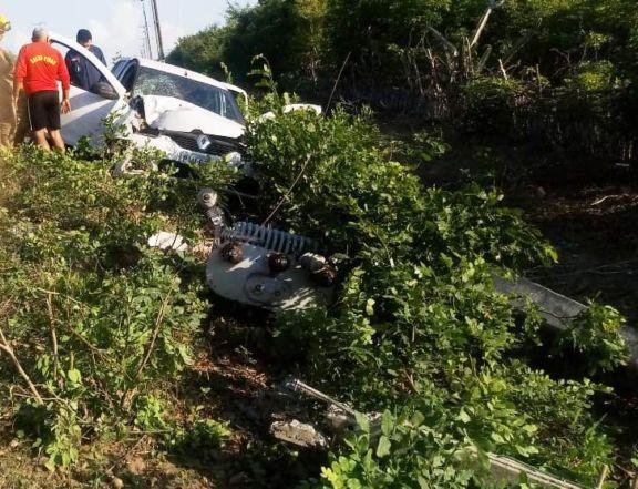Carro com três ocupantes perde controle e bate em poste no Piauí