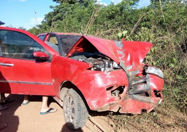 Motorista perde controle de carro e bate em árvore no Piauí