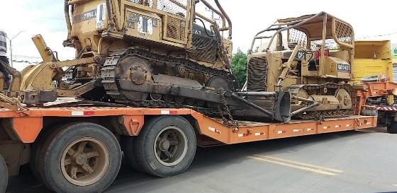 Carreta carregada com tratores encalha na BR-316