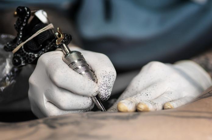 Tatuador é preso acusado de alisar partes íntimas de cliente