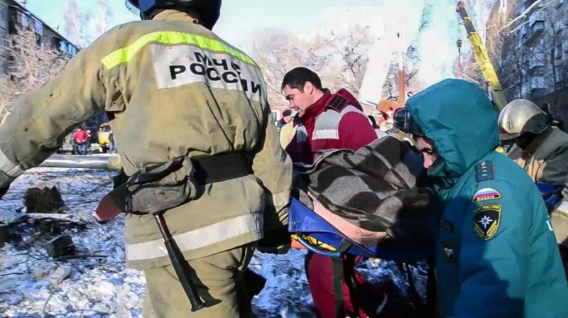 Bebê é resgatado com vida após edifício desabar