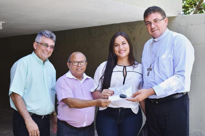 Ganhadora do carro recebe a chave das mãos do Bispo Diocesano