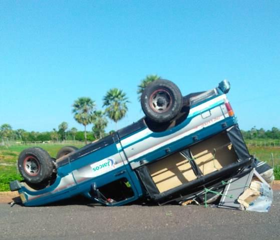 Motorista perde o controle e carro capota na PI-113