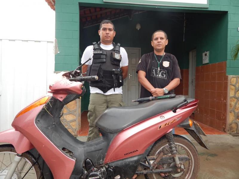 Polícia prende homens com moto e armas em Beneditinos