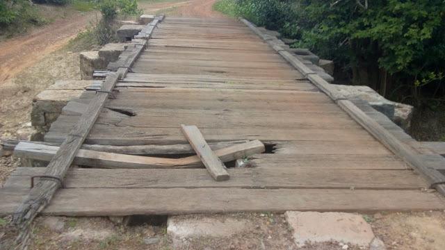 Crianças se arriscam atravessando rio a pé por problemas em ponte