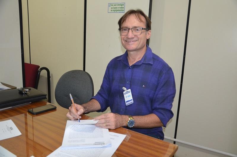 Prefeito assina termo de R$ 750 mil para a conclusão de adutora