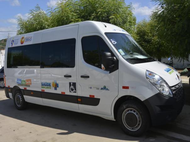 Prefeito faz entrega de veículo adaptado para atender pacientes do CER/Apae