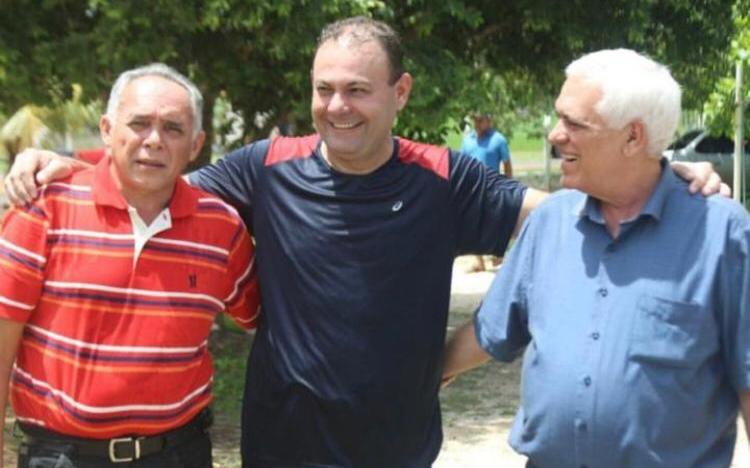 Jeová Alencar chega a pé em São Félix e é recebido por lideranças políticas