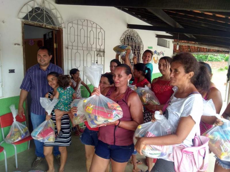 Prefeito promoveu entrega de cestas básicas a famílias do Bolsa Família